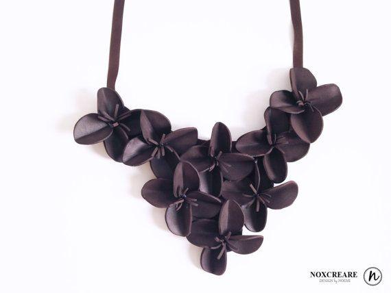Name: Collana fiori in gomma -marrone Brand: NoxCreare Designer: Noemi  Collana fiori in gomma morbida e leggera.  Ispirazione: Larchitetto,