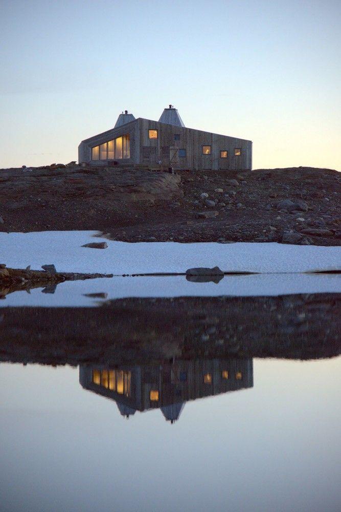 Rabot Tourist Cabin  / JVA Terrain en pente, obligé d'apporter les matériaux par hélicoptère, matériaux en accord avec l'environnement
