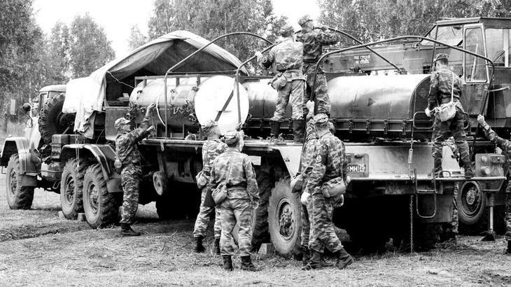 Незаправленная ракета комплекса «Точка-У» в контейнере и боеголовка к ней на машине 9Т238