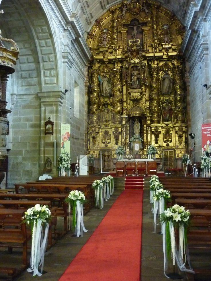 Decoración de iglesia, Monasterio de Poio, decoración con margaritas blancas y lilium, con muchos lazos