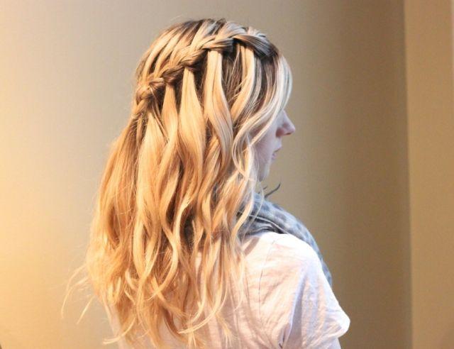 Eine Anleitung zum Haare flechten für einen seitlichen Zopf