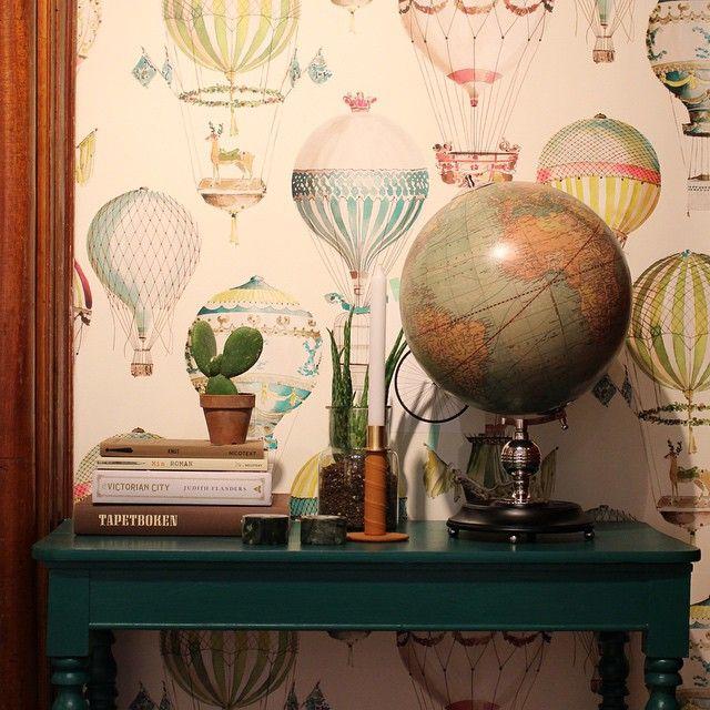 Tapeter från Manuel Canovas i butik och och online hos Engelska Tapetmagasinet | Luftallonger | Tapet | Barntapet | Inredning | Göteborg | Barnrum | Wallpaper | Gothenburg | Interior Shop | L'Envole | Kids Room | Children Wallpaper | Balloons