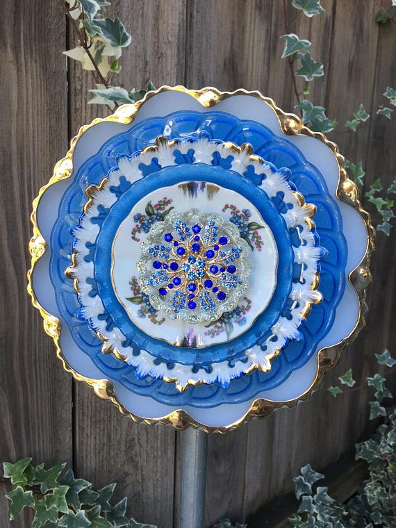 The sun will shine a little brighter and turn your garden into a work of art with this pretty white a blue flower with a touch of gold! There is a fork attached to the back that inserts into a pole, which to save you money on shipping cost, can be purchased at any hardware store. They
