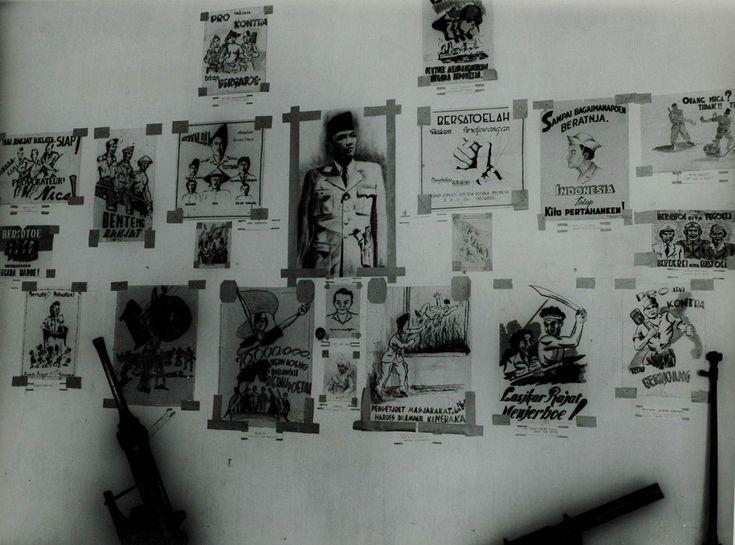 Een tentoonstelling van door de Nederlandse mariniers verzamelde Republikeinse en communistische propaganda (en wapens) in Soerabaja, Oost-Java Indonesië, vlak voor de politionele acties, voor 21 juli 1947.