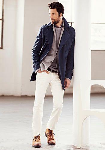 紺トレンチと白パンツで清潔感のある秋の着こなしに。メンズ トレンチコートのコーデアイデア