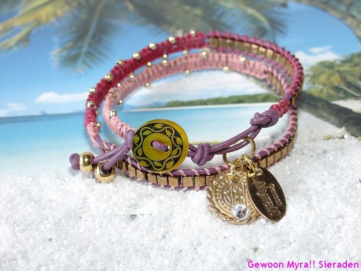 Deze wrap armband van donkerpaars leer kan twee keer om je pols heen. De goudkleurige kralen zijn van Miyuki. Deze kralen komen uit Japan en zijn de beste in haar soort. Hoogwaardig in kwaliteit en in haar diepe kleuren. Afgewisseld met koord in roze en fuchsia. De gouden knoop hangt als een zonnetje aan je armband.