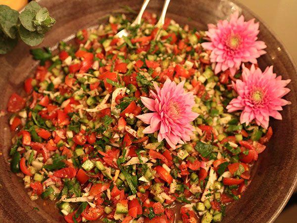 Fräsch sallad med tomater, gurka, rödlök, örter, vitlök, chili och goda kryddor.