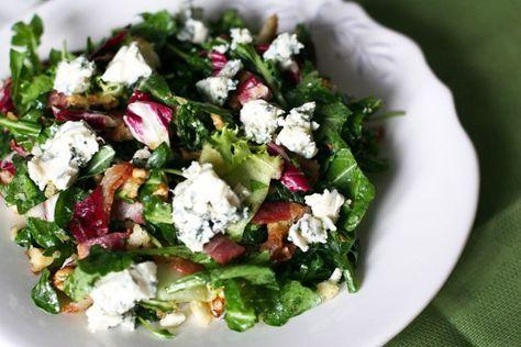 Грецкие орехи, руккола, салат, сыр с синей плесенью и заправка из оливкового масла и горчицы, обжаренный бекон и гренк