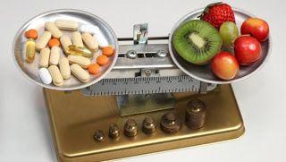 Παίρνετε φάρμακα; Ποιες τροφές πρέπει να προσέχετε; Χυμοί, βότανα, καπνιστό κρέας, γαλακτοκομικά, καφεΐνη, αλκοόλ μπορεί να αλληλεπιδρούν με κάποια από αυτά. ~ MEDLABNEWS.GR / IATRIKA NEA