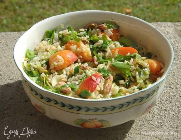 Рисовый салат с абрикосами, щавелем и фисташками. Ингредиенты: рис бурый, абрикосы, фисташки очищенные