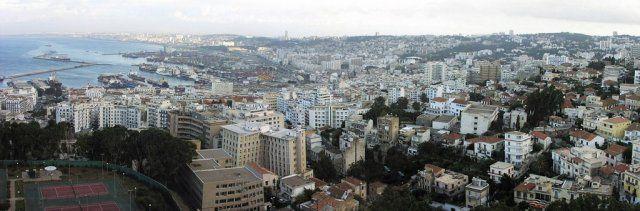 Alger Capitale de l'Algérie Alger, surnommée el Bahdja, el mahroussa ou « la blanche », est la capitale de l'Algérie et la plus grande ville du pays. Située au bord de la mer Méditerranée, la ville donne son nom à la wilaya dont elle est le chef-lieu. http://fr.wikipedia.org/wiki/Alger