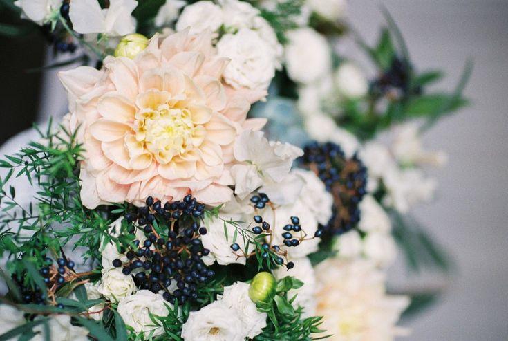 Ein persönliches Ehegelöbnis kann bei der Trauung eine wunderbare Ergänzung zum traditionellen Trauspruch sein, ob Sie nun kirchlich oder standesamtlich heiraten. Das perfekte romantische, traditionelle oder moderne Eheversprechen zu schreiben, kann eine große Herausforderung sein.