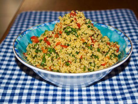 Tabouleh Salat, perfect summer salad, 250 g Bulgur  4 Tomaten (oder eine rote Paprika)  1 Salatgurke  1 Bund Petersilie, glatte  1 kleine Zwiebel  1 Bund Minze  1 Zitrone, Saft  5 EL Olivenöl  Fleur de Sel  Pfeffer