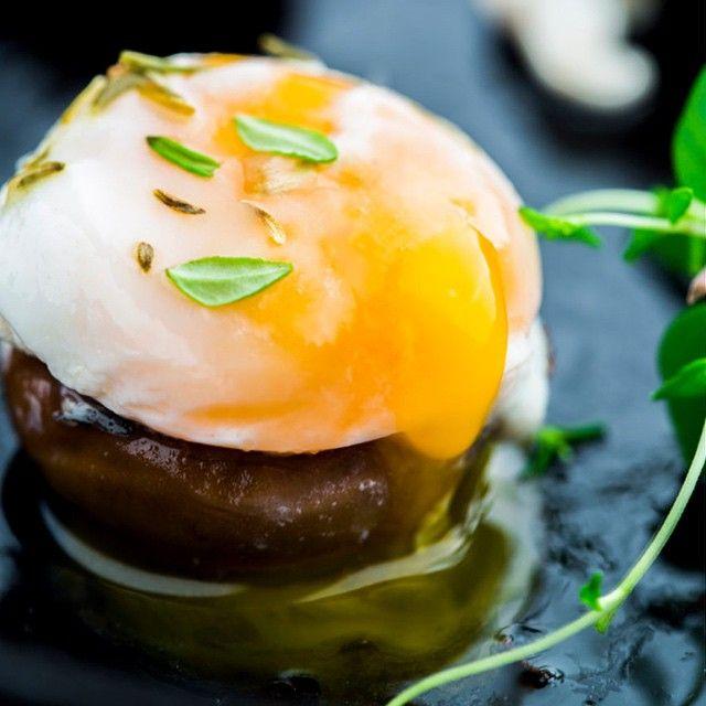 #workinprogress  in thymian und weißwein sautierte champignons, gefüllt mit ziegenkäse und cremigem wachtelei ... mit einem hauch fleur de sel. perfekt! ........... thyme & white wine sauteed mushrooms, stuffed with goat cheese and creamy quail eggs, sprinkled with fleur de sel. Perfection! #food #foodphotography #foodphotographer
