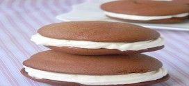 Пирожное «Вупи»   Это традиционные Американские пирожные. Готовятся они очень быстро и влюбляешься в них с первого укуса. Мягкие, шоколадные бисквиты в сочетании со взбитыми сливками — это просто БОМБА. С удовольствием делюсь рецептом и настоятельно рекомендую попробовать.
