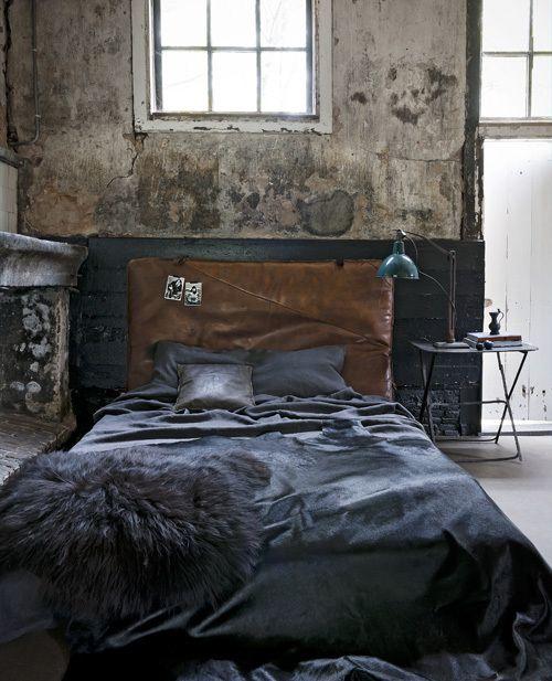 """Bed """"dressed in leather""""  -  Deze slaapkamer is een mix van leer met koel staal voor een eigentijds randje."""