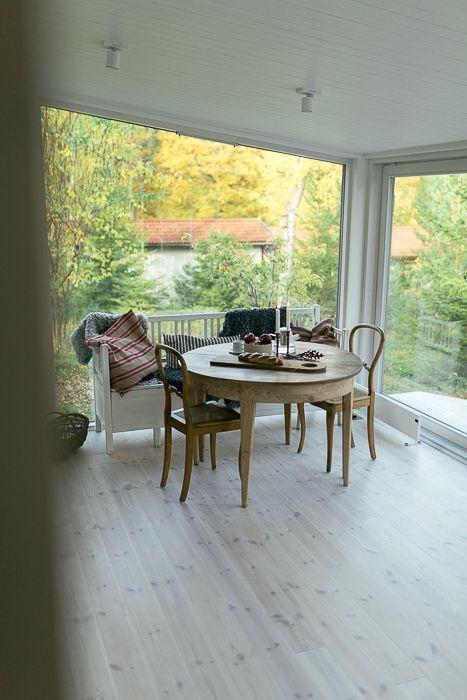 Golv och panel i modulbyggt sommarhus. www.sommarnojen.se #sommarhus #fritidshus #kök #trägolv #innertak #matsal