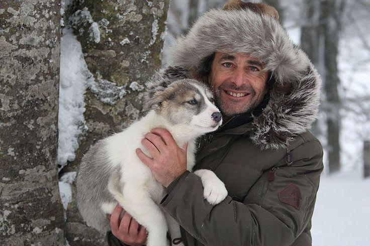 Nicolas Vanier, grand voyageur des pays nordiques, a principalement voyagé en canoë, en traîneau de chiens et à pied. Le Canada, la Laponie, la Sibérie et l'Alaska n'ont pas de secret pour lui !