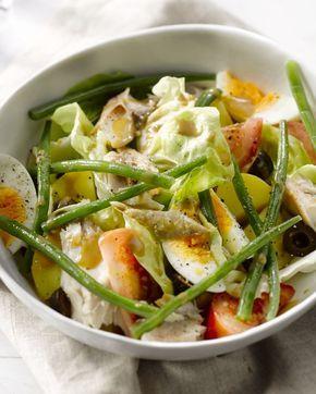 Een klassieker met een twist, deze salade Niçoise met gerookte makreel in plaats van tonijn. Snel klaar en lekker gezond!