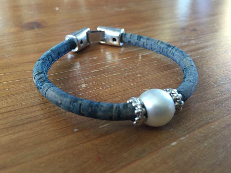 Jeans blauw armband van kurk met parel voor een tijdloze look