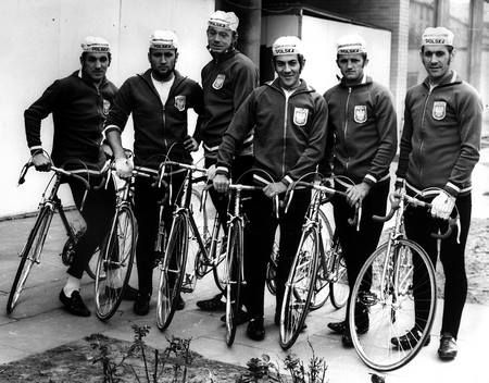 Reprezentacja Polski w Wyścigu Pokoju, rok 1972. Od lewej - Zbigniew Krzeszowiec, Zygmunt Hanusik, Lech Kluj, Stanisław Labocha, Czesław Polewiak i Ryszard Szurkowski.