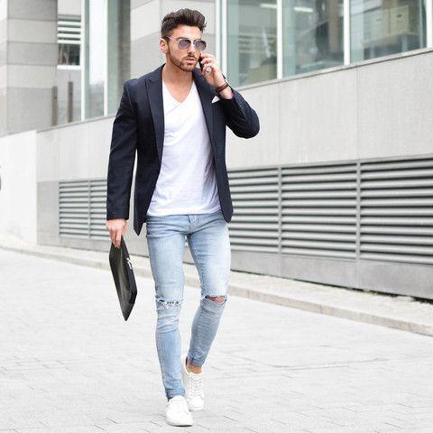 Acheter la tenue sur Lookastic: https://lookastic.fr/mode-homme/tenues/blazer-t-shirt-a-col-en-v-jean-skinny/20256   — T-shirt à col en v blanc  — Blazer noir  — Montre en cuir brun foncé  — Pochette de costume blanc  — Jean skinny déchiré bleu clair  — Pochette en cuir noire  — Tennis blancs