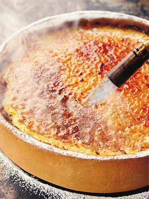 Этот классический пирог на 8 персон станет еще вкуснее, если испечь его заранее. Я обычно обжигаю поверхность кухонной горелкой, но можно просто посыпать тарт сахарной пудрой. - В этом разделе сайта Издательского Дома «КукБукс» мы разместили избранные рецепты сладкой и несладкой выпечки и пирогов. Все рецепты увлекательны, просты, вкусны. Уверены, что они помогут вам порадовать своих родных и близких оригинальными, вкусными и красивыми блюдами.  - Рецепты