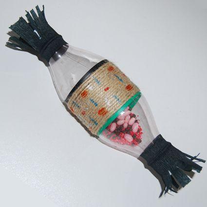 Shaker: instrument à percussion- bouteilles plastiques et graines - Tête à modeler