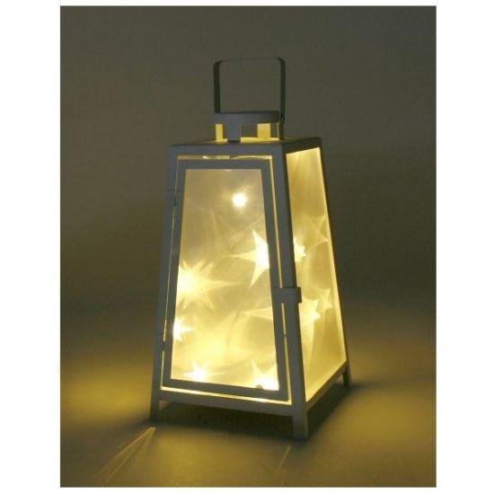 Deze witte lantaarn met led-licht is gemaakt van metaal en werkt op 2 AAA-batterijen, niet inbegrepen. Als u de lantaarn aan doet ziet u sterren op het glas. Afmeting: 17 x 17 x 33 cm.