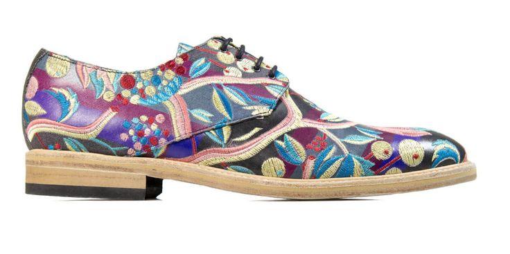 Mascolori maakt kwalitatieve schoenen met een artistiek design en met oog voor creatieve details, waardoor jij je onderscheidt van de massa. Jouw Mascolori's zijn grotendeels met de hand gemaakt in kleinschalige fabrieken in Portugal. Om de uniciteit van je schoenen te waarborgen worden ze in kleine oplagen vervaardigd. Mascolori's beschikken over een binnenvoering van kwalitatief schapenleer en hebben een met rubber geïnjecteerde lederen zool die met fuchsiaroze stiksels aan de schoe...