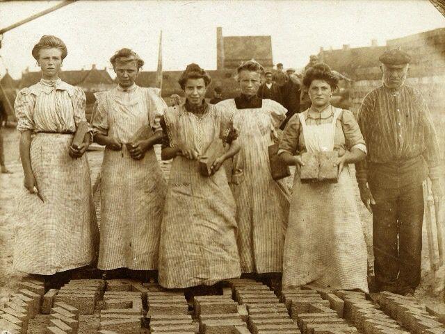 Vijf opsnijders en een voorman in de Harlinger steenfabriek, circa 1900-1910. De achterkant van de foto is gestempeld: 'M. vd Hoek Heiligeweg 40 Harlingen' (collectie Hannemahuis).  Five hard working women in the brick factory Harlingen, 1900-1910.