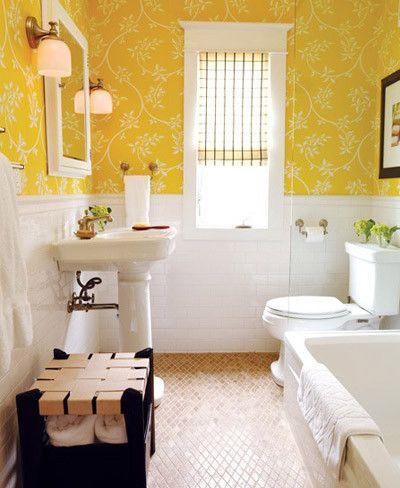 Baño empapelado amarillo