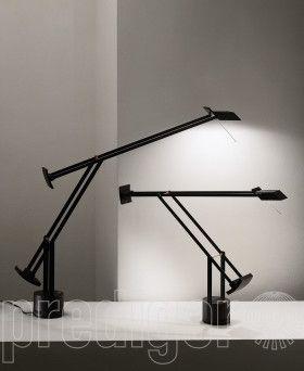 Die bewährte Grundkonzeption der Tizio von Artemide wurde auch bei der Tizio LED beibehalten: ein im Fuß installierter LED-Treiber versorgt über kleine Stäbe und Knöpfe die LEDs, und dient somit auch als Stromleiter. Kabel zur Stromführung hin zum Leuchtenkopf werden damit überflüssig. Arme, Leuchtkopf und Gegengewichte des Designklassikers sind nach Bedarf ausrichtbar. Als Zubehör können Sie eine Säule bestellen, die aus Ihrer Tisch- eine Standleuchte macht.