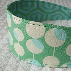 Easy headband from The Long Thread. Ingredients: fabric scraps + elastic + fusible interfacing. #sewing