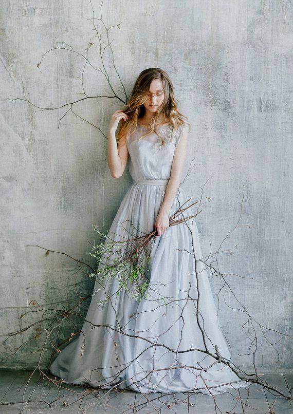 Fließenden blau grau Hochzeitskleid mit floraler Spitze Dekoration / / Romantic wedding Gown / / rustikal Hochzeitskleid von grauer Farbe