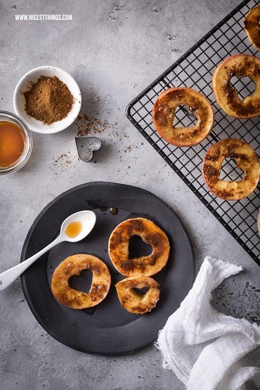 Apfelringe mit Zimt und Ahornsirup aus dem Backofen, gesundes Snack Rezept