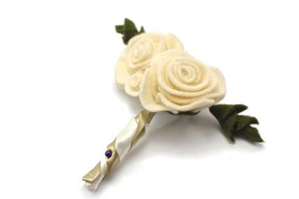 BOUTONNIÈRE DE ROSA GRANDE hecho a mano en fieltro.  #fieltro #blum #hechoamano #felt #rosa #boutonniere #boda #beige   www.blum.com.co