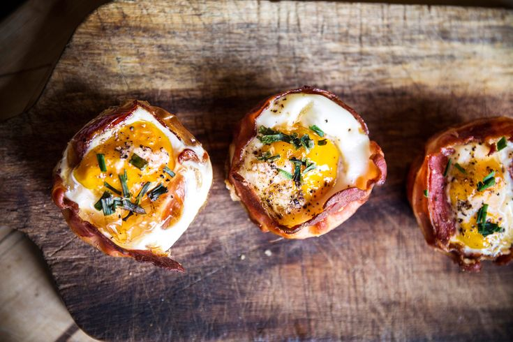 """Gillar du ägg och bacon? I så fall måste du testa att göra ägg och bacon-muffins! Perfekt till frukost, brunch eller mellanmål. Receptet är hämtat från boken """"Allt blir bättre med..."""