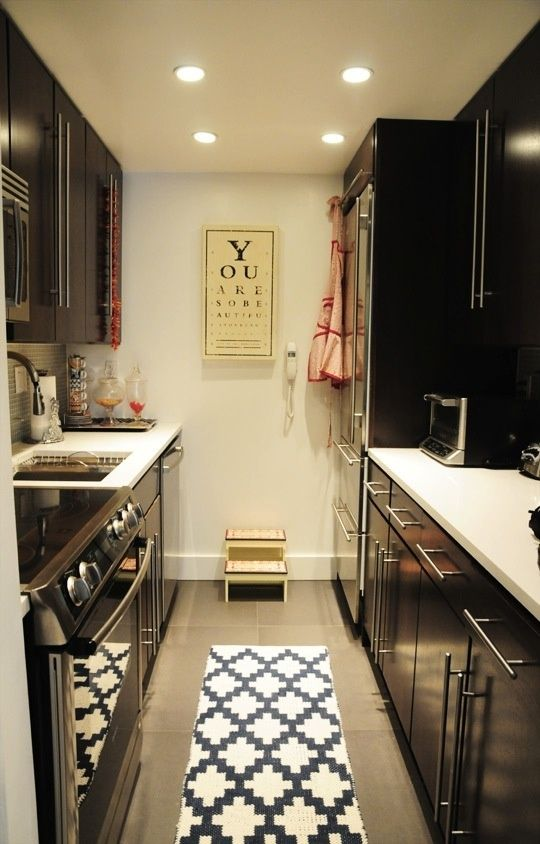 Cozinha pequena com m veis escuros h pinterest for Updated galley kitchen photos