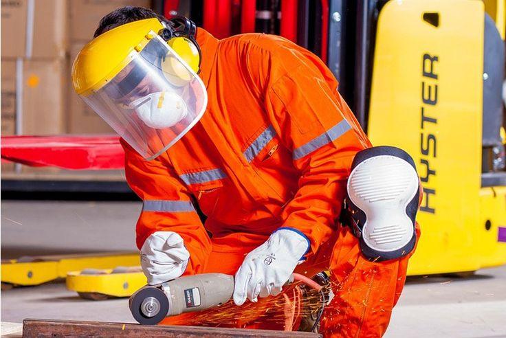 Twarz pracownika – w wielu zawodach – jest narażona na różnego rodzaju niebezpieczeństwa, uszkodzenia, poparzenia czy zabrudzenia. Zadaniem pracodawcy jest odpowiednie wyposażenie pracownika w produkty, które stanowić będą ochronę jego oczu oraz twarzy przed szkodliwymi substancjami oraz innymi zagrożeniami, charakterystycznymi dla danego stanowiska pracy.