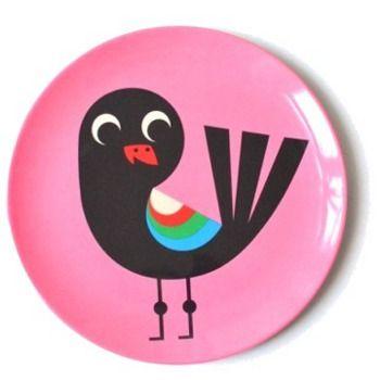 Bord vogel *** Deze bordjes komen rechtstreeks uit Zweden en werden ontworpen door illustratrice Ingela P. Arrhenius die bekend staat om haar retro design uit de jaren 50 en 60. Deze vrolijke bordjes zorgen dat jouw kindje zijn bordje met plezier uiteet. Mag in de vaatwas, niet in de micogolfoven.  Meerdere designs beschikbaar bij Meneer Snor.