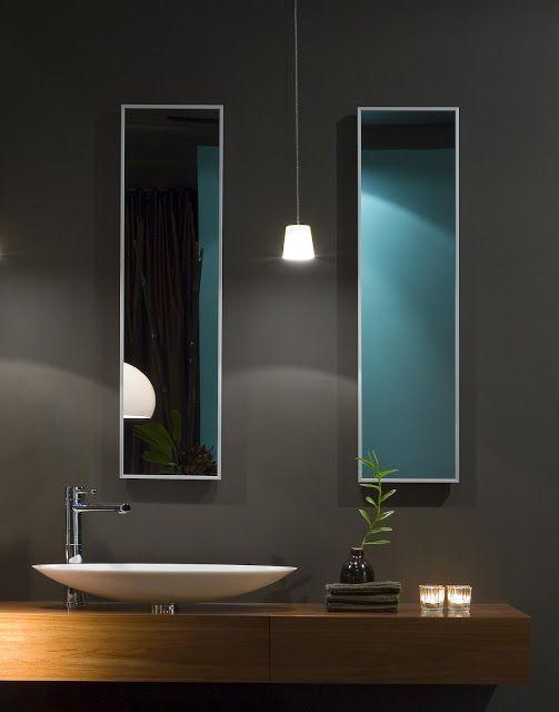 """Iluminacion del """"tocador"""" en cuarto de ducha, con 1 lampara colgando (total 2) a cada lado del espejo para luz en todos angulos... (tercera de frente, arriba del espejo necesaria?)"""