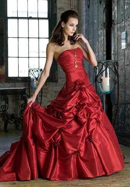 Vestido de boda rojo pasión palabra de honor, corpiño ajustado al cuerpo, falda con cola. Me encanta se puede ser una novia preciosa de rojo¿ porque no?, de MARIA SANCHEZ