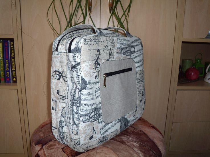 taška s kapsou z boční strany