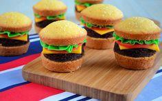 Een duidelijk how to voor het maken van hamburger cupcakes, een hele leuke traktatie.