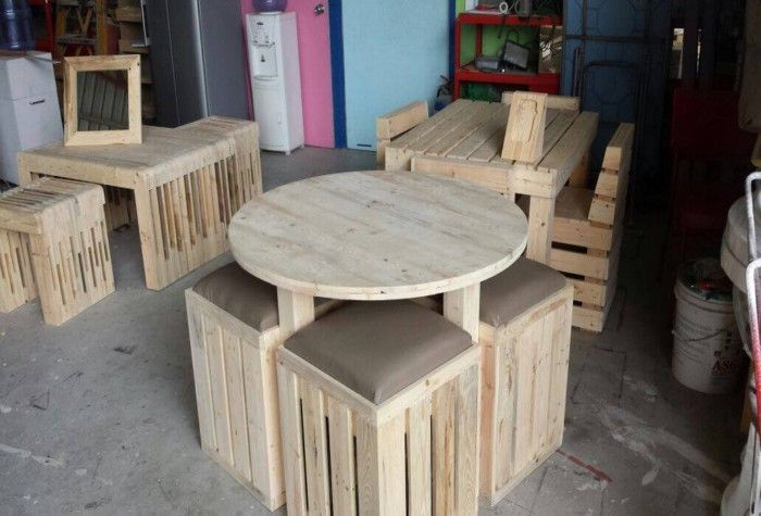 Pallets-Round-Table-with-Stools.jpg 700×475 pixels