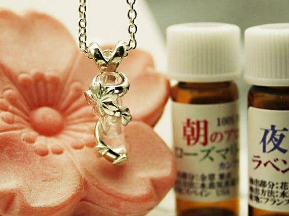 朝夜ブレンドアロマオイル付きアロマペンダント桜 エッセンシャルオイルを付属のスポイトを使い アロマオイルフィルターに数滴移して下さい。 胸元から香りが拡がりま...|ハンドメイド、手作り、手仕事品の通販・販売・購入ならCreema。