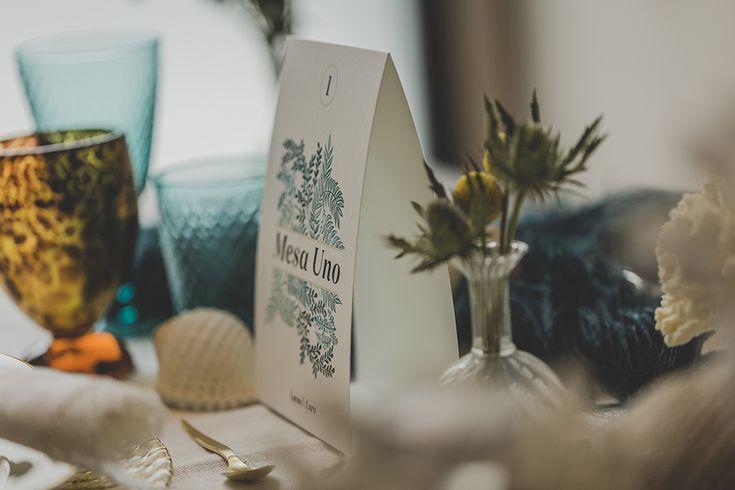 #meserosdeboda sencillos, elegantes y con un toque chic.La primera colección de #papeleríadebodas de Loveratory sabe a mar, al rumor de las olas dentro de una caracola, a los rayos de sol al atardecer sobre el Mediterráneo. Refrescante, serena y elegante, así es 'A mar sabe el amor' #invitacionesdeboda #meserosdeboda #brandingdeboda #weddingstationery #bodas2016 #greenwedding #ecowedding #seawedding #bridaltrends #weddingtrends #paperslovers #diseño #weddingdesing #meseros #tableseating…