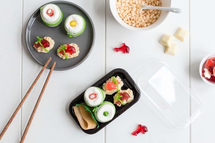 Auf Frisch Verliebt zeige ich, wie ihr ganz einfach süßes Sushi aus Gummitieren, weißer Schokolade, Marshmallows und Puffreis basteln könnt - ein ideales Geschenk für alle Sushi-Liebhaber.