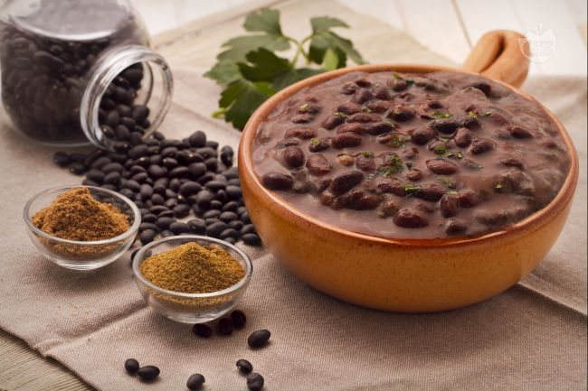 La crema di fagioli ( frijole refritos) è una pietanza molto usata in Messico per  accompagnare piatti tipici locali a base di pollo e carne.
